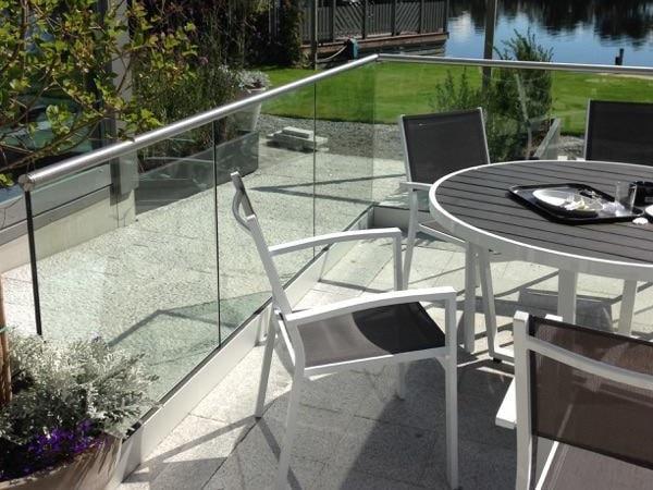Glassrekkverk uten stolper på uteserveringen