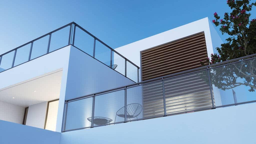 Antrasittgrå stolperekkverk på hvit villa