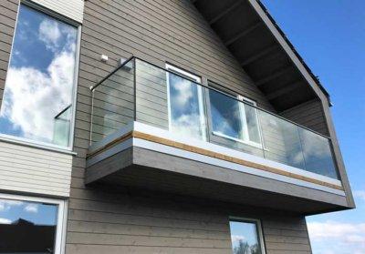 Rekkverk på balkong i glass med maksimal utsikt
