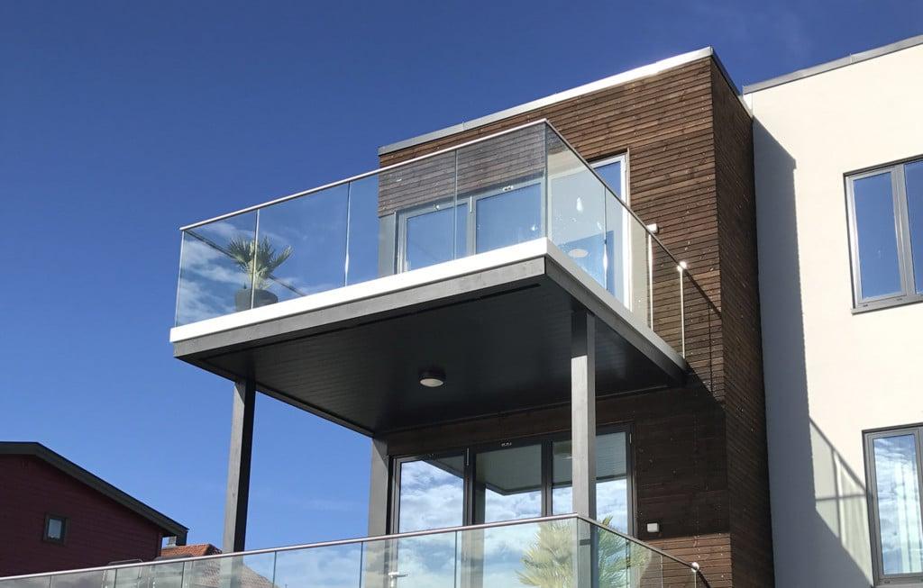 Stolpefritt glassrekkverk balkong