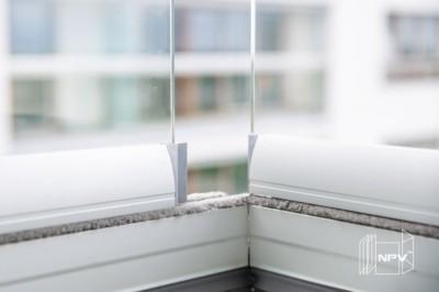 Glasspanelene i balkonginnglassingen kan skyves og lager en minimal åpning i hjørnet