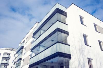 Glassrekkverk med påmontert sømløse folde og skyveglass