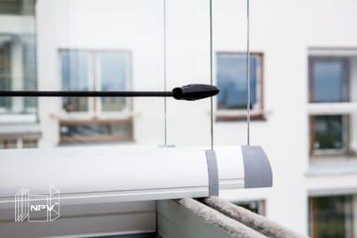 Stropp for å holde foldeglassene samlet når de stables langs veggen