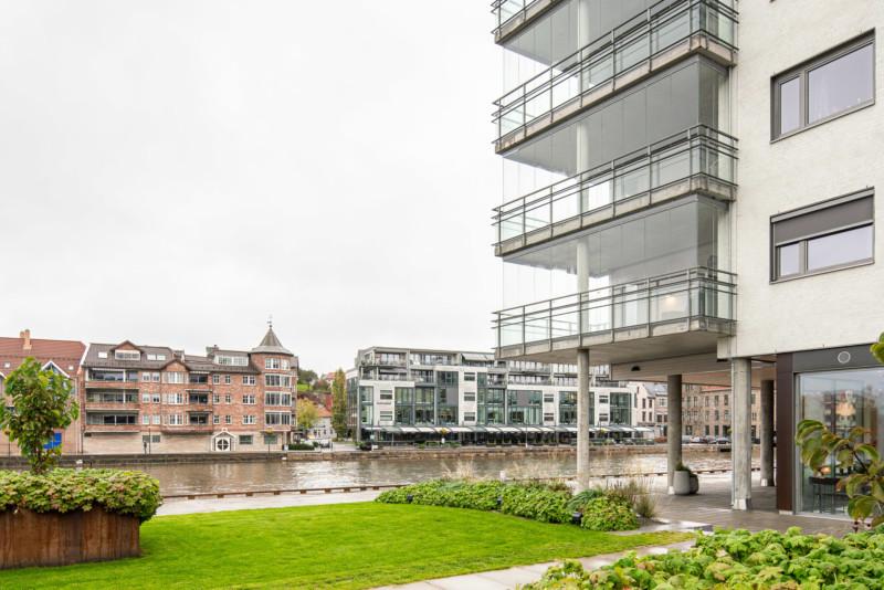 Sameie av leiligheter ved elv som viser balkonger med full innglassing fra gulv til tak