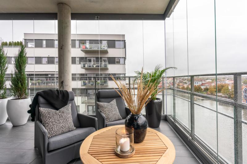 Innside av terrasse med høy innglassing