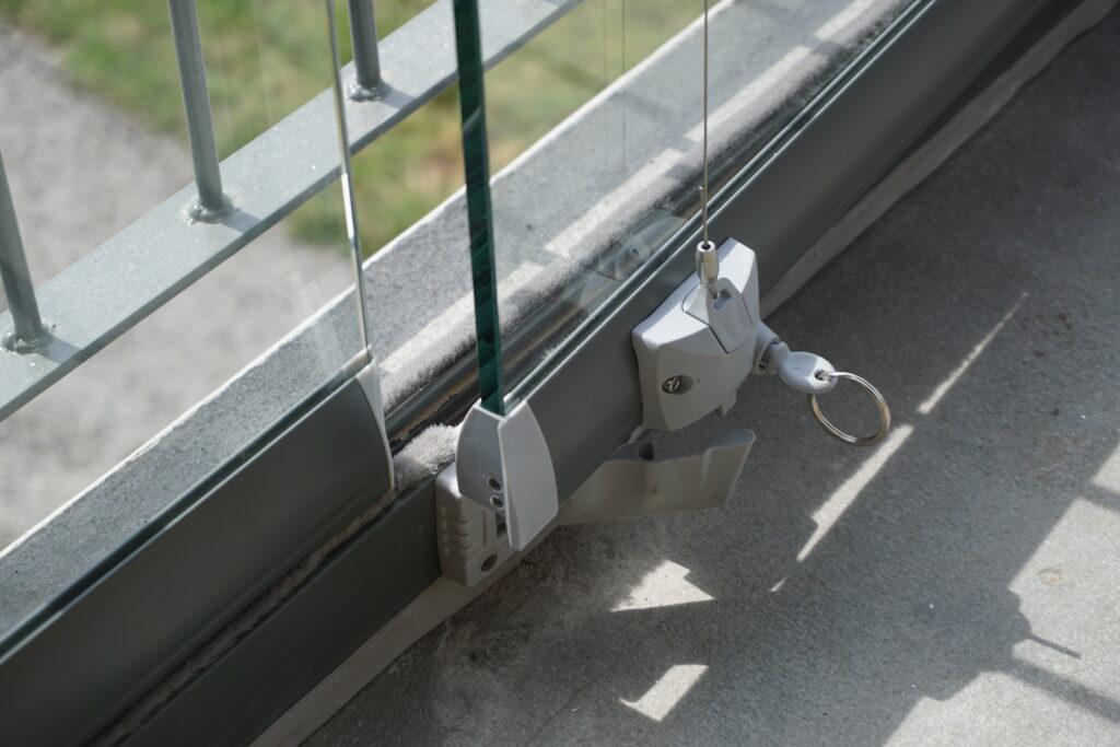 åpning og lukking av balkonginnglassing