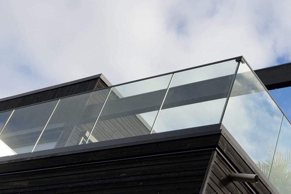 Blackline svart stolpefritt glassrekkverk
