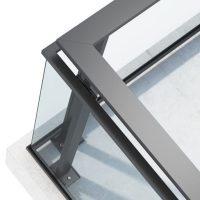 Glassrekkverk Projects med mørekegrå / antrasitt RAL 7016 aluminiumstolper toppmontert.